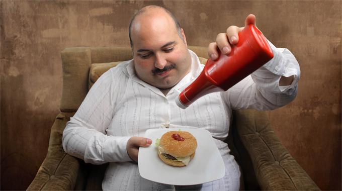 мужчина ест гамбургер фото