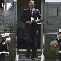 """Барак Обама """"отдал честь"""" пехотинцам со стаканом кофе  в руках (видео)."""