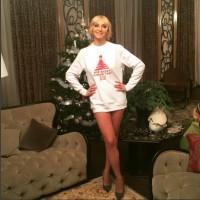 Кристина Орбакайте снялась у новогодней елки без юбки
