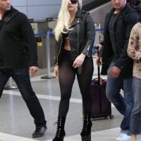 Певица Леди Гага вышла из самолета в  одних колготках