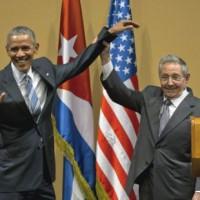 Рауль Кастро не дал Бараку Обаме похлопать себя по плечу